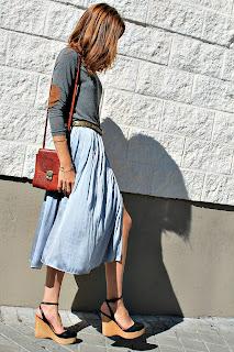 http://4.bp.blogspot.com/-WO77mBrylR0/UbpXDIN5rgI/AAAAAAAAYkI/DBIhk3FTr6U/s1600/falda+midi+de+seda+azul+grisaceo+y+plataformas+9.jpg