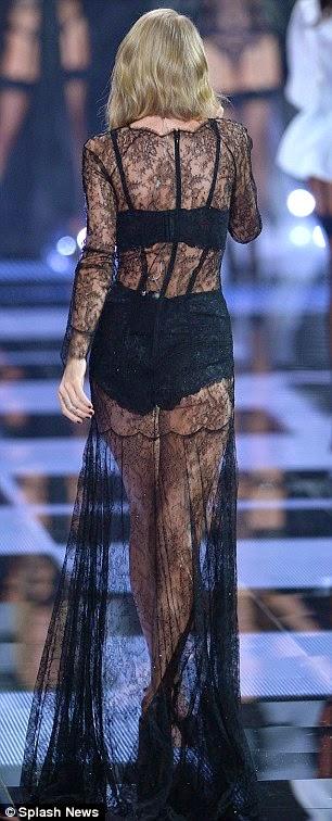تايلور سويفت تغني على مدرج فيكتوريا سيكريت بالملابس الداخلية