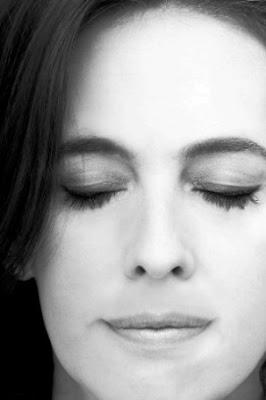 ¿Por qué las mujeres cierran los ojos durante el sexo?.