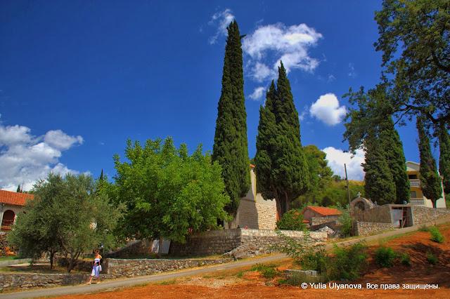 За церковью находятся владения монастыря Дайбабе