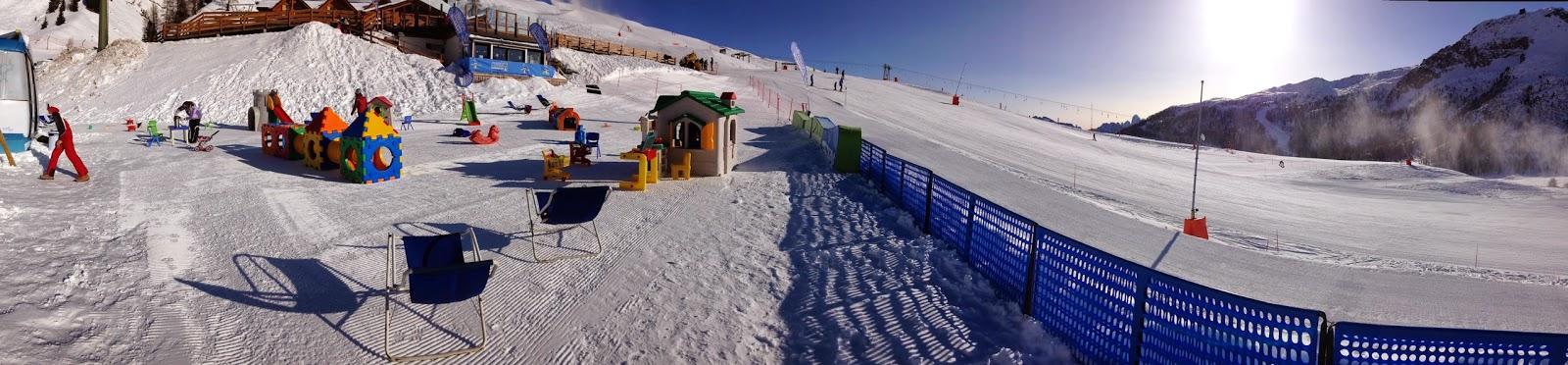panoramica giochi sulla neve per bambini e piste da sci
