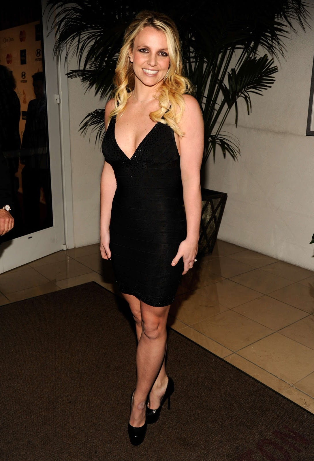 http://4.bp.blogspot.com/-WPfN-WAxey0/UO1fNsEB-ZI/AAAAAAAAHQc/p5Sa3J4Wo98/s1600/Britney+Spears+cleavage+amd+legs+at+Clive+Davis+Pre+Grammy+Gala+In+Beverly+Hills-03.jpg