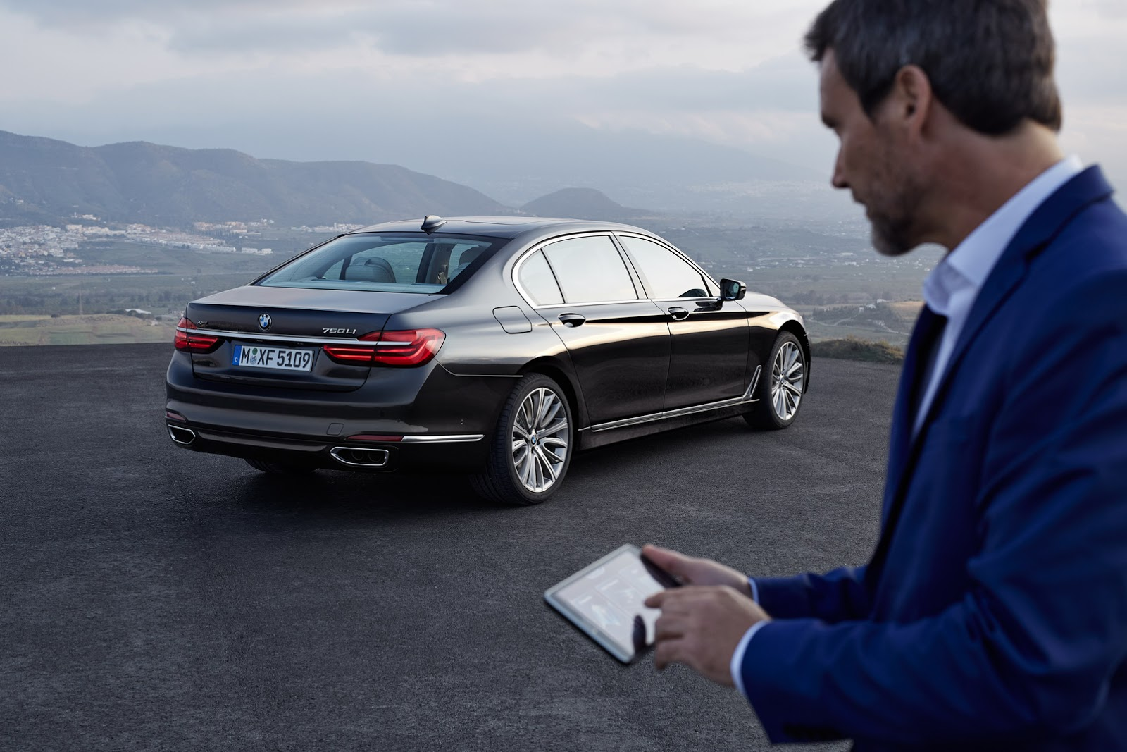 New Bmw 7 Series Has A Super Cool Key Fob With A Digital Display That Also Parks Your Car