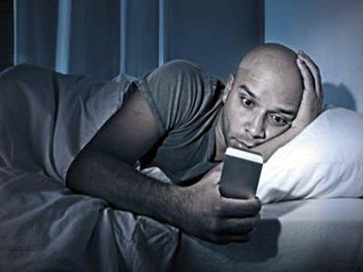 Dar uma espiadinha no smartphone antes de dormir pode ser prejudicial