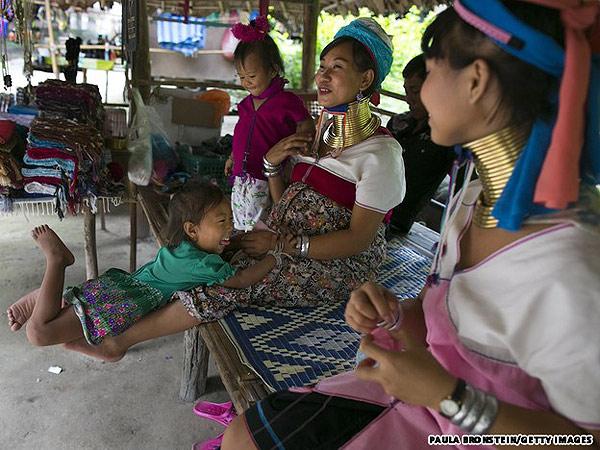Bộ tộc phụ nữ đeo vòng làm cổ dài ở thái lan 6