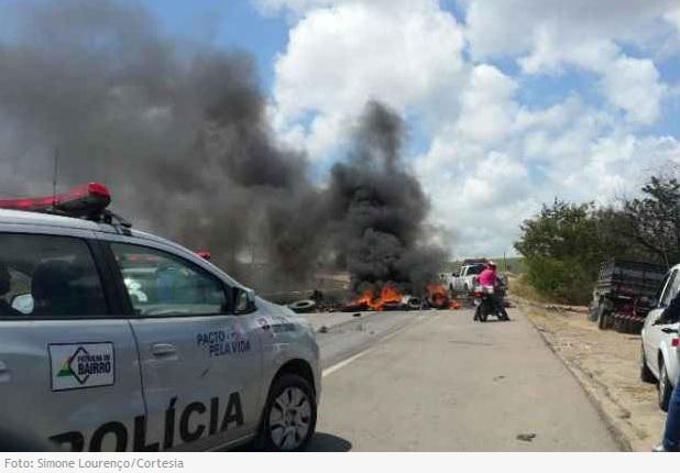 http://www.blogdofelipeandrade.com.br/2015/11/protesto-contra-prisoes-por-crime_4.html