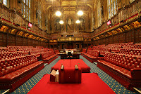 Image d'une salle anglaise avec des canapés chesterfield rouge