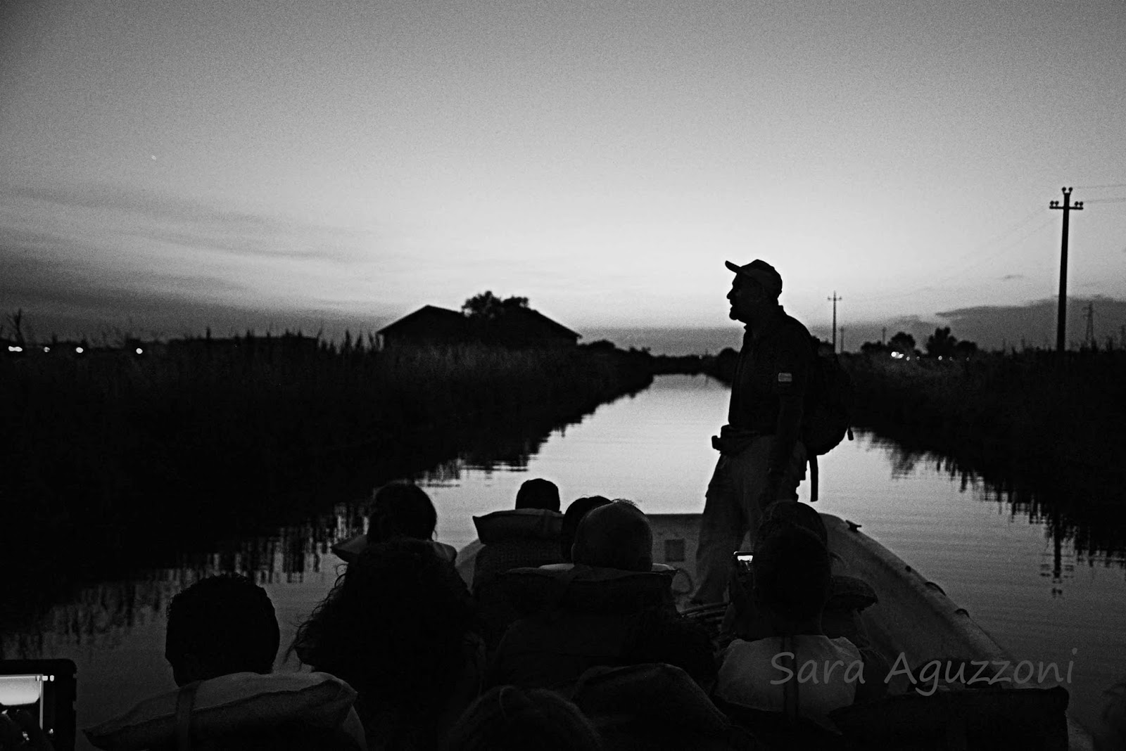 foto di Sara Aguzzoni. Uomo su una barca alle saline di Cervia