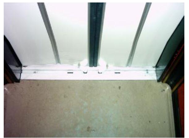 İki kanatlı merkezden açılan katlanır kapıların alt rayı