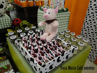 bicho pelúcia, festa infantil, decoração, bisnaga brgadeiro, estampa de vaca, xadrez barnco e verde