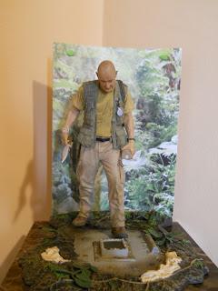 figura a escala de John Locke en la escotilla de la isla de la serie Perdidos
