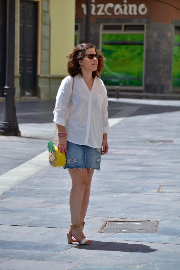look_falda_vaquera_camisa_blanca_oversize_bolso_piña_lolalolailo_01