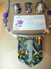 Anelli e collana con murrina raffigurante un elefante