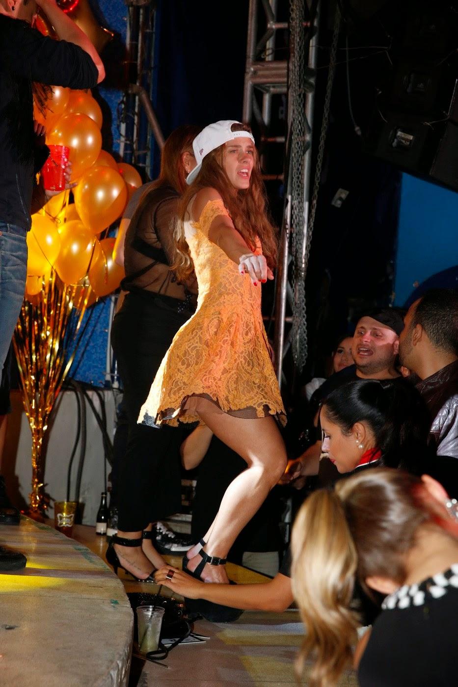 Carolina Dieckmann exibiu boa forma e dançou funk na festa de Preta Gil