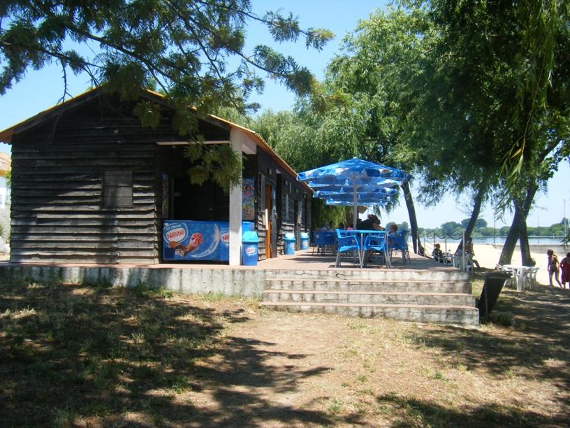 Bar e esplanada junto ao areal