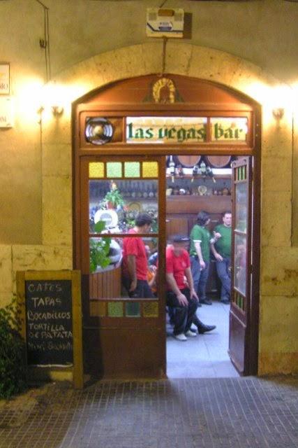 El Bar Las Vegas des de fora amb alguns darders a dins...