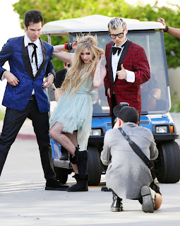 Videoclip » Here's to Never Growing Up [¡100 Millones!] - Página 3 EXPOSTAS.com+Avril+Lavigne+2013-04-07+-+On+Set+of+her+new+Video+HERE%27S+TO+NEVER+GROWING+UP+in+LA+%2814%29