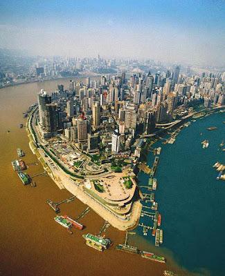 Pertemuan Sungai Jialing dan Sungai Yangtze di Chongqing, China.