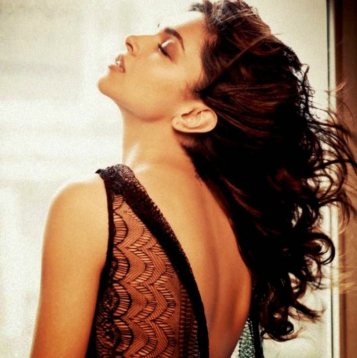 Deepika Padukone without wearing her bra backless pics