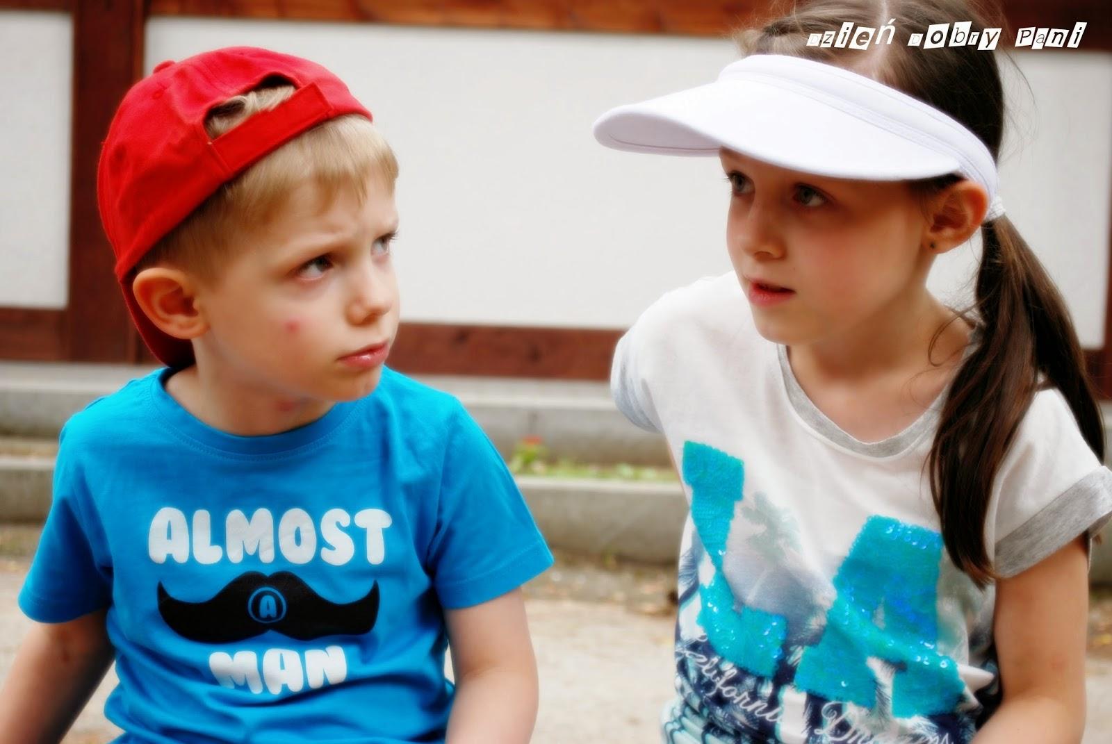 Dzieci w czapkach z daszkiem