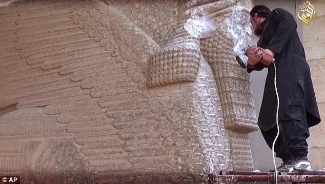 261DAF6400000578 2970270 image a 3 1424957222890 - El Estado Islámico destruye piezas históricas en un museo al norte de Irak