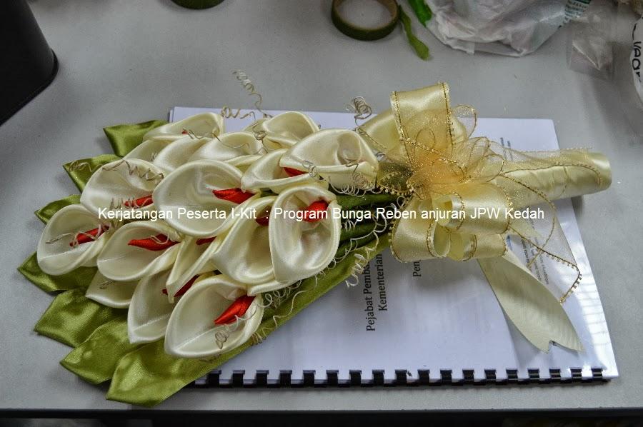 Цветы из лент с конфетой своими руками