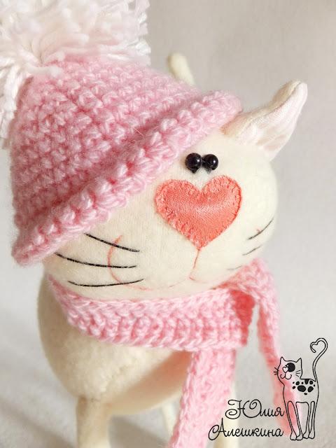 Кошка длинноножка бежевая в розовой шапочке