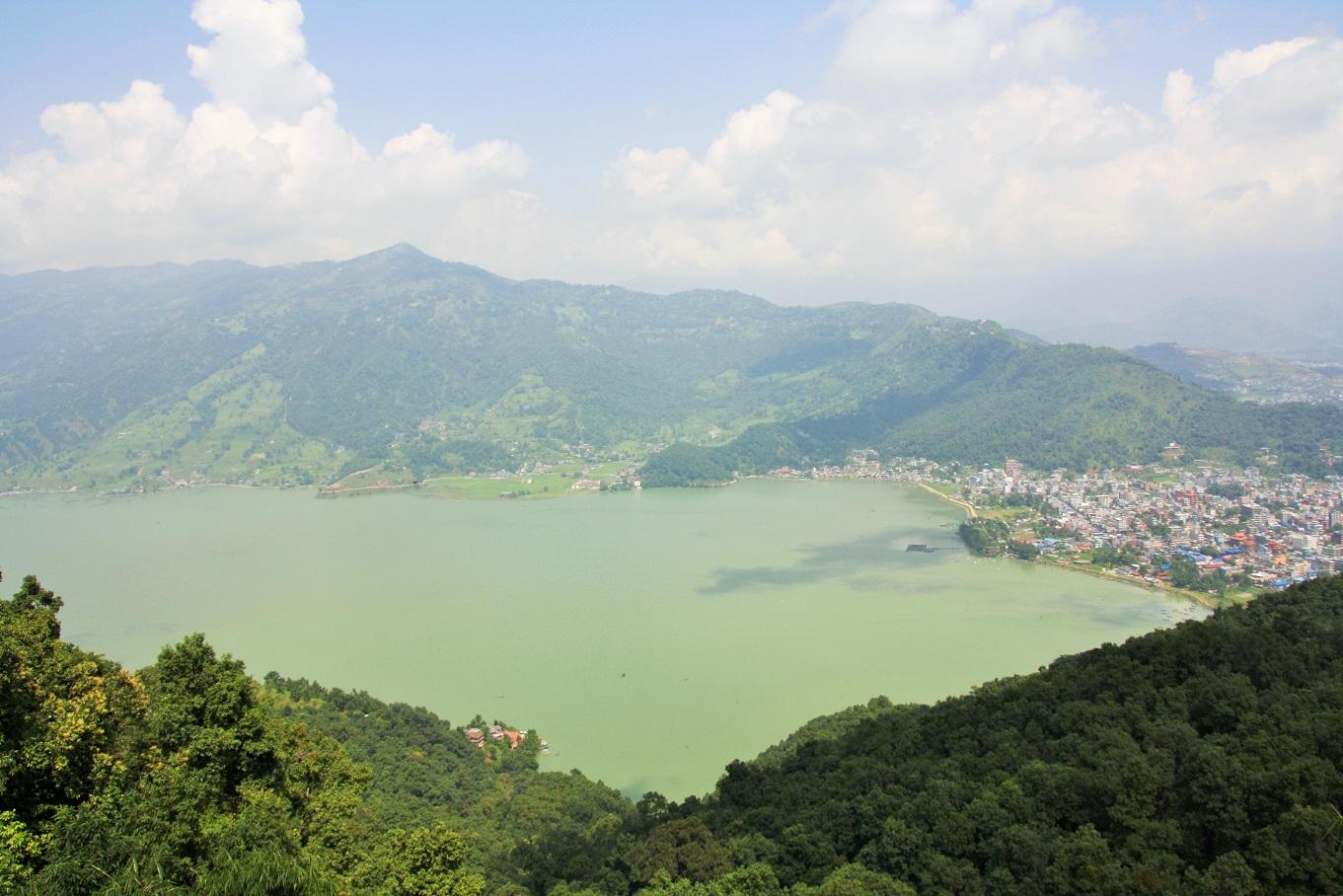 Uitzicht op Pokhara en Phewa Lake
