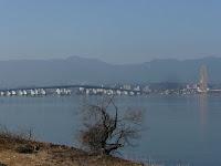琵琶湖大橋、対岸は大津市堅田。