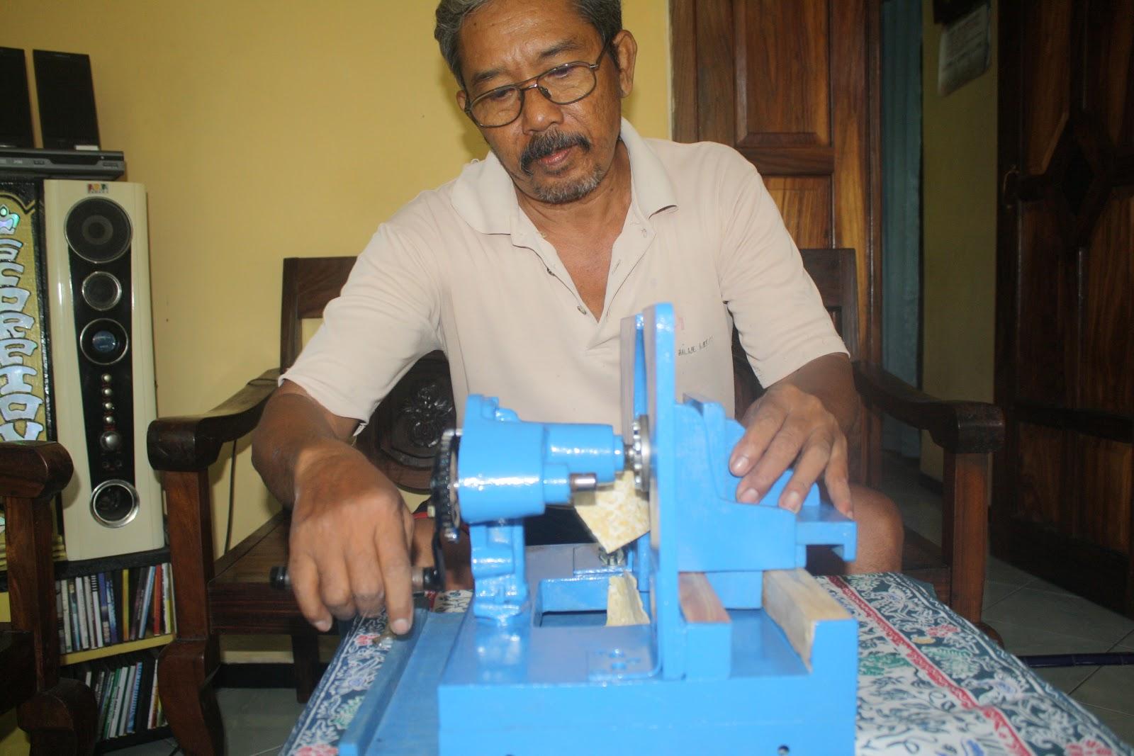 MENGIRIS TEMPE - Caram tengah memperagakan cara kerja mesin ciptaanya ...