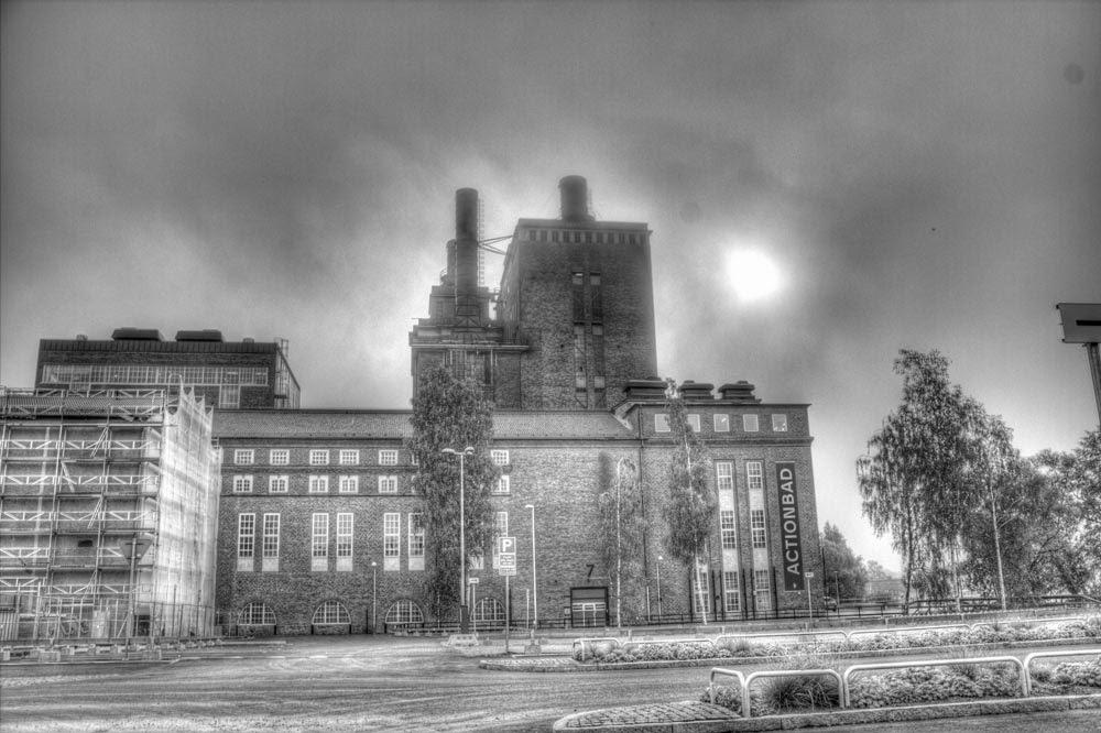 Solen skymtar i molnen bakom den gamla kraftstationen som byggts om till ett äventyrs/actionbad. Nej, jag har inte varit in där.