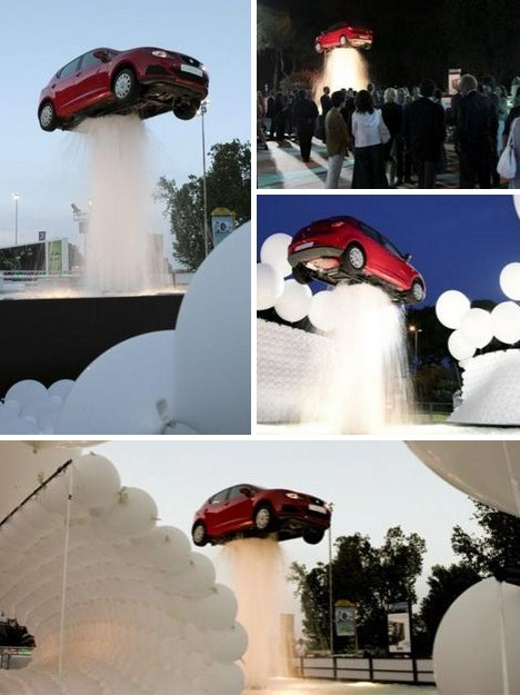 Фонтан с автомобилем в воздухе