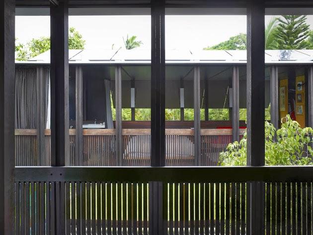 Title Post: Desain Rumah Kayu dengan Dinding Kaca Warna-Warni
