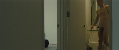Hình ảnh toàn thân của nam diễn viên khi đóng phim GCiYP