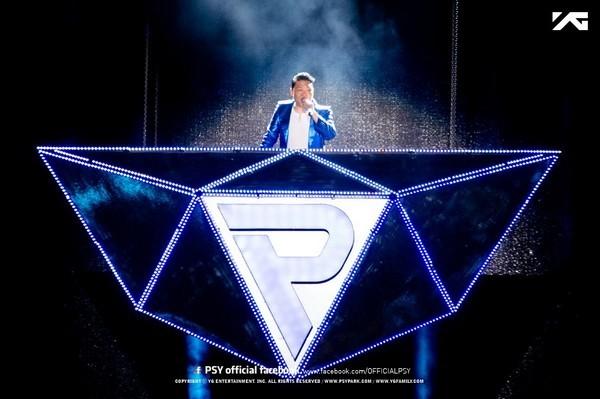 Psy được bí mật massage châm cứu trong lúc biểu diễn