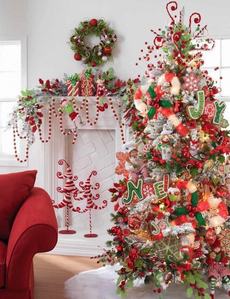 arboles navideos decorados en rojo y blanco