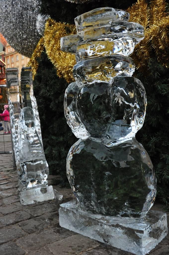 Zolnierze Krolowej Sniegu - Balwanek i Labedz - na tle choinki na wroclawskim rynku