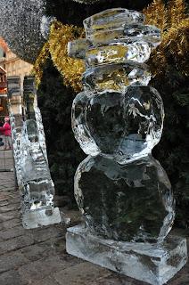 Żołnierze Królowej Śniegu - Bałwanek i Łabędź - na tle choinki na rynku we Wrocławiu
