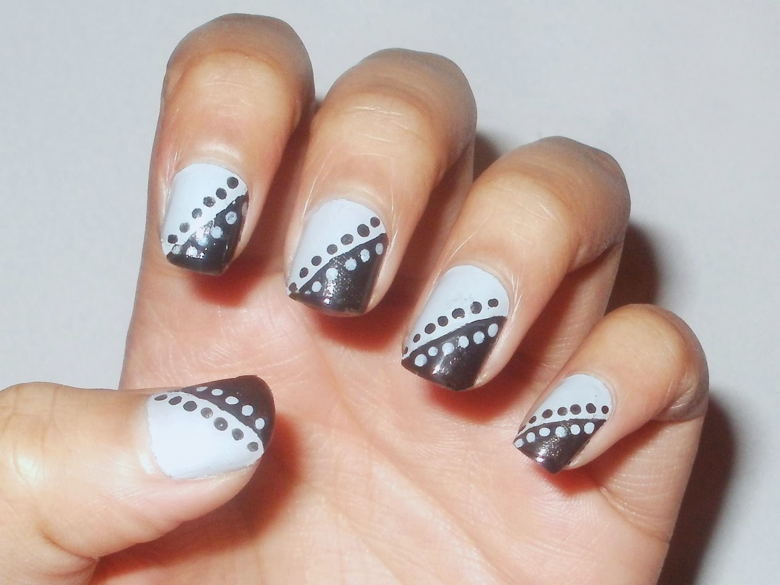 Noshin\'s Nail Base: Diagonal polka dot nail art