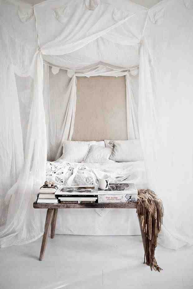 Drewniana ławka w sypialni, biała sypialnia