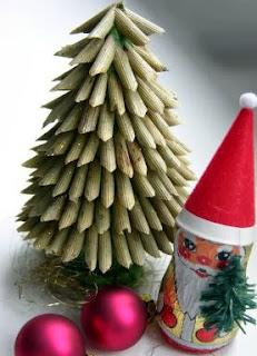 http://www.hogarutil.com/decoracion/manualidades/otros/201112/arbol-navidad-macarrones-13340.html