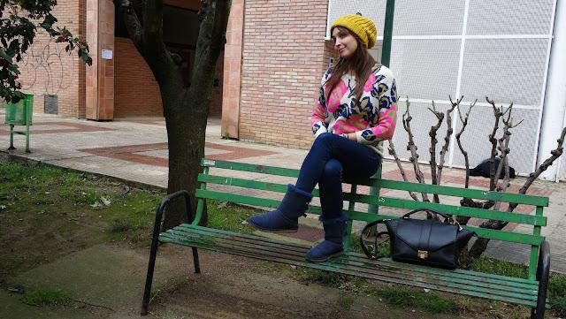 Ponle color al invierno con un jersey de tricot de flores de Sheinside, gorro de Stradivarius y botas de ugg australia