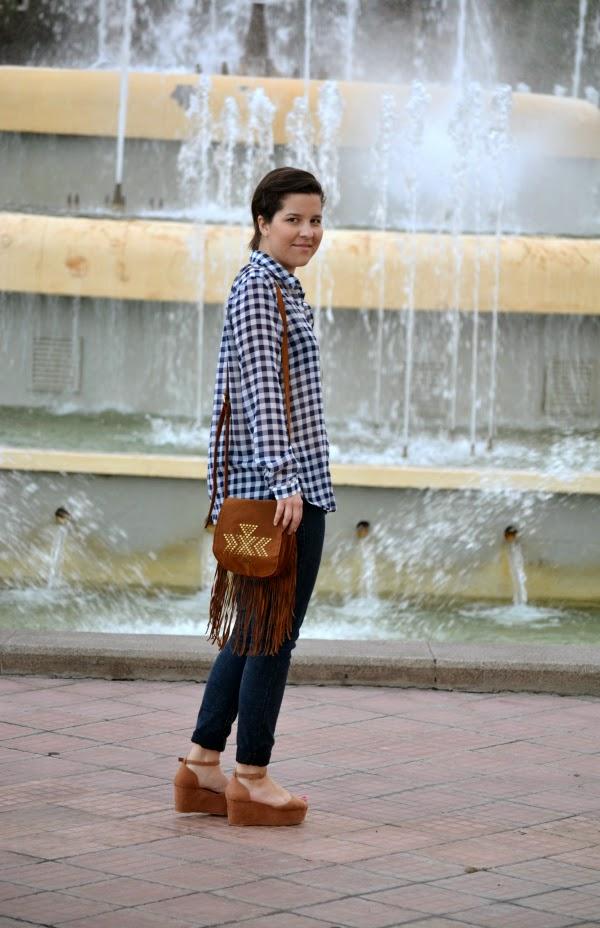 look_camisa_cuadros_bolso_flecos_lolalolailo_04