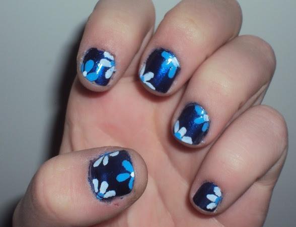 Bloemen nail-art.