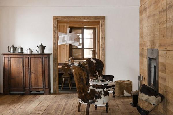 chimenea con sillones de cuero marron y madera