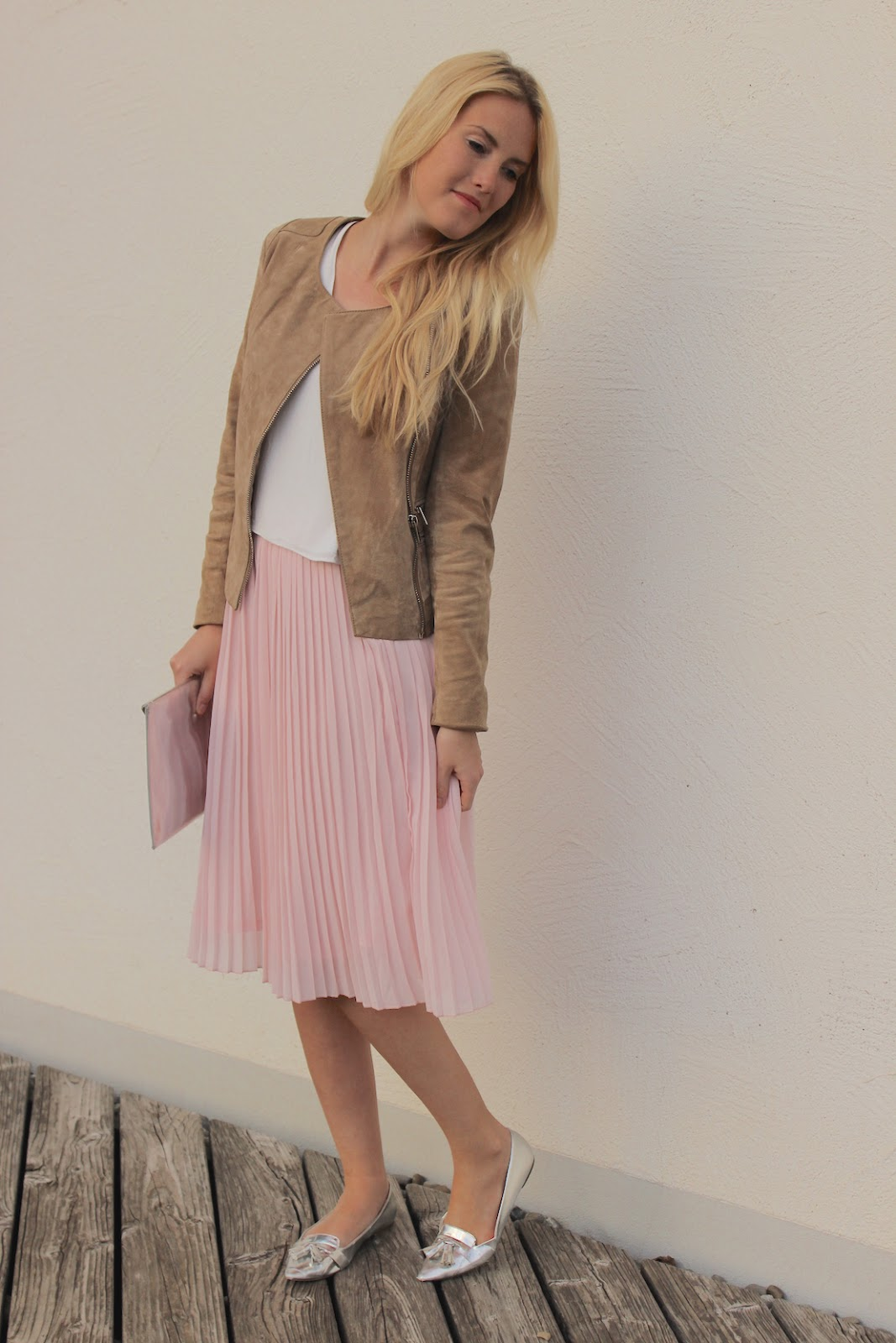 Look ros midi skirt and beige leather the blonde lion for Rosa kombinieren