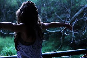 Vuela, hasta el sol amanecer, hasta la lluvia al caer,