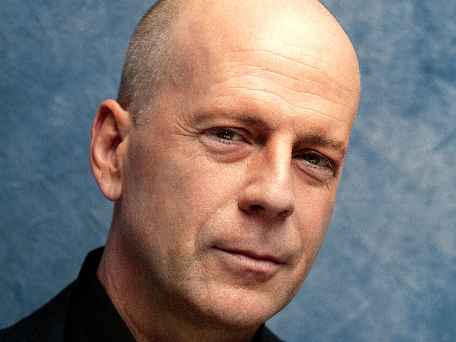 http://4.bp.blogspot.com/-WXG3jr3-jhM/TtcJH052ThI/AAAAAAAAAeg/Ha92LvDsCa8/s1600/Bruce-Willis-pictures-desktop-Wallpapers-HD-photo-images-18.jpg