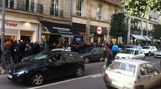 Queue interminable devant le Free center d'Angers