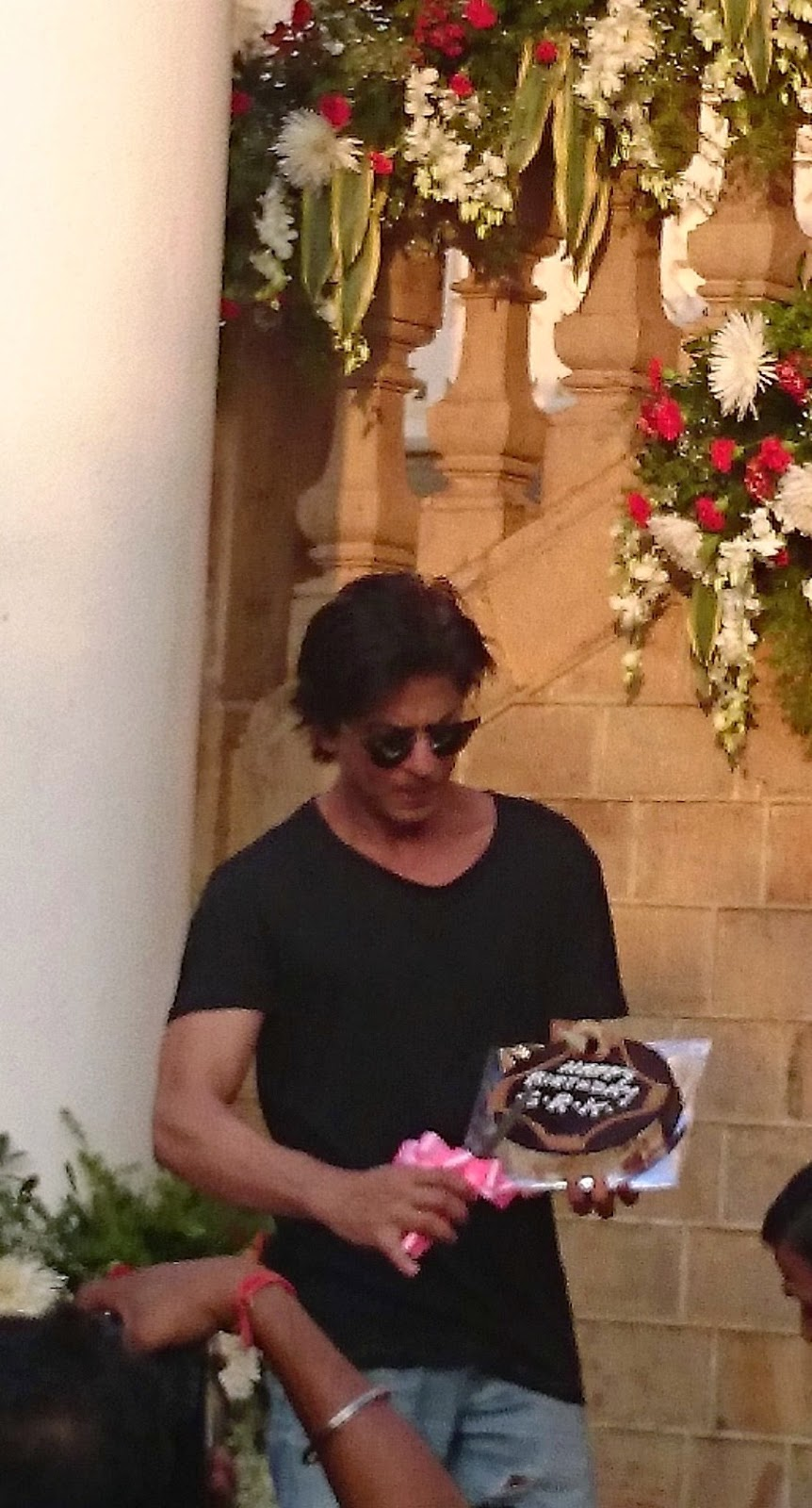 srk cutting the cake shah rukh khan with his 49th birthday cake